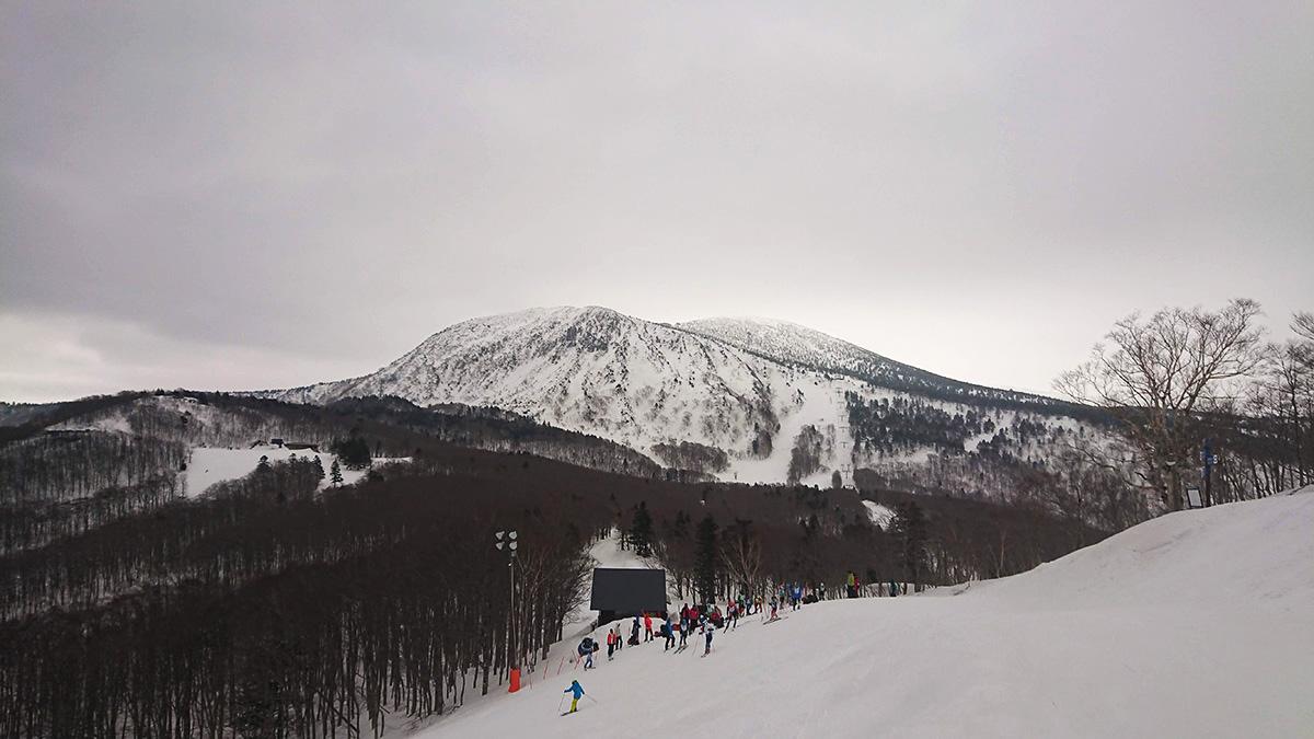蔵王温泉スキー場中央ゲレンデから見る三宝荒神と地蔵山