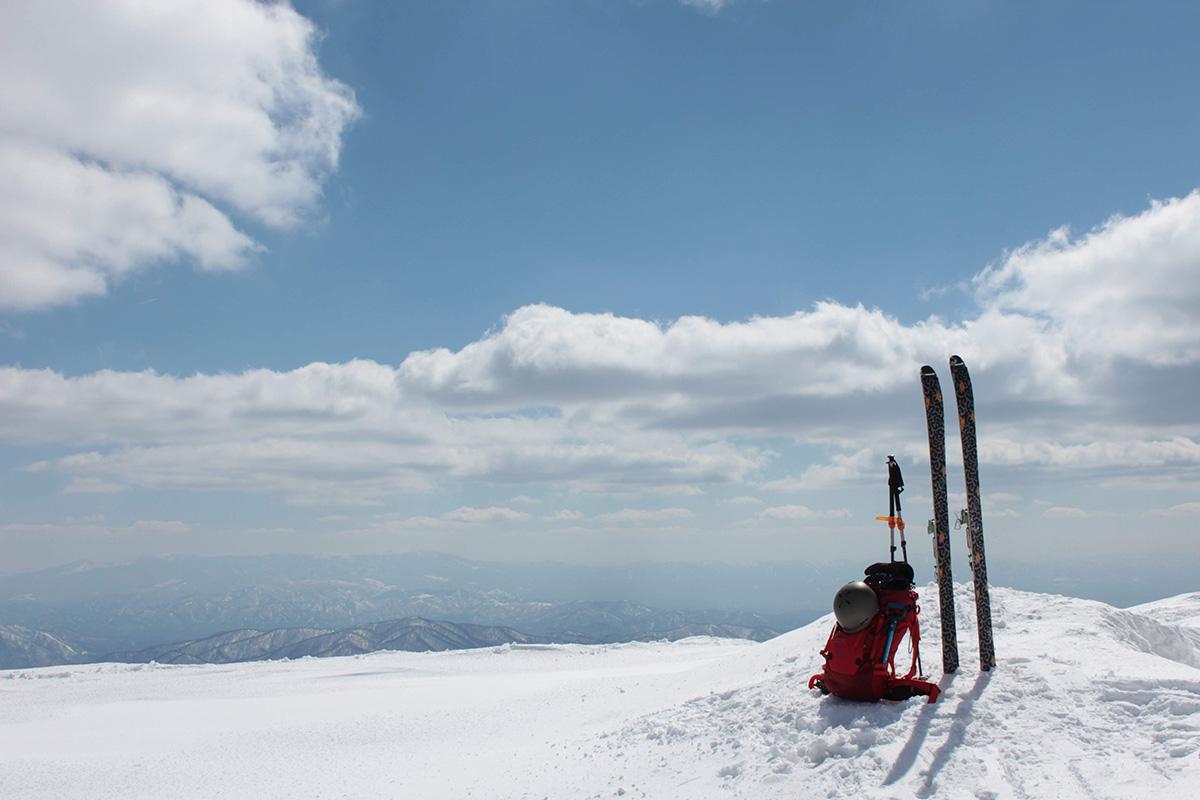 【熊野岳・地蔵山】最高の天気の下、残雪期の蔵王を歩く